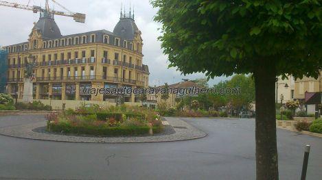 amplia, comercial y funcional plaza al salir de la ciudad vieja, donde está la citada iglesia