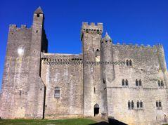 cuerpo principal del castillo: torre del homenaje a la izquierda, cuerpo de guardia en el centro, torre de la familia feudal a su derecha, y resto de habitaciones y habitáculos al final