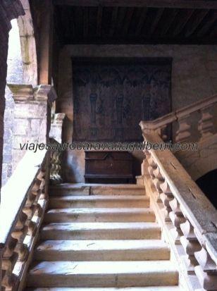 escalera abalaustrada de acceso a las habitaciones privadas