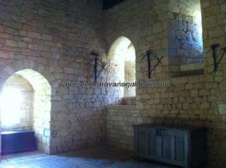 sala de la guardia personal de la familia feudal, donde está ubicada la escalera de madera anterior para acceder a los aposentos privados
