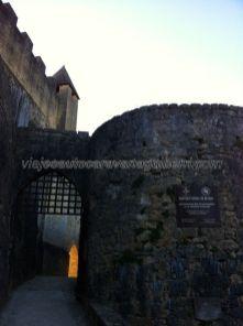 entrada lateral para los soldados a caballo; nos despedimos del Castillo de Beynac