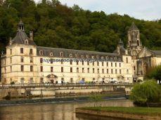 Abadía de Saint Pierre e Iglesia de Nôtre Dame, bañadas por el canal y protegidas por la montaña