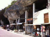 zona comercial bajo la roca