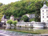 represa en el canal; al fondo, en el centro, la cueva que acogió el primer asentamiento benedictino