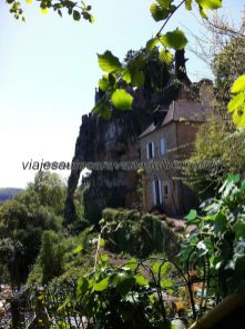 vista trasera del castillo, desde la zona del río; pueden verse arbotantes naturales sobre los que 'descansa' el castillo