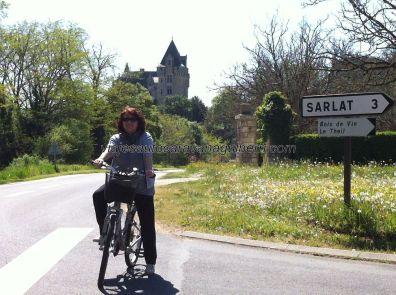 con el Castillo de Monfort al fondo, y a unos 2km del cámping, nos quedan otros 3km para enlazar (mejor en Carsac que en Sarlat) con la vía verde Sarlat-Cazoulès: 35km por una antigua vía férrea, para disfrutar de ejercicio moderado en un entorno muy agradable