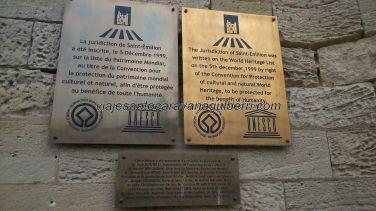 placa commemorativa de la inclusión de Saint Emilion, en diciembre de 1999, como Patrimonio de la Humanidad por parte de la UNESCO