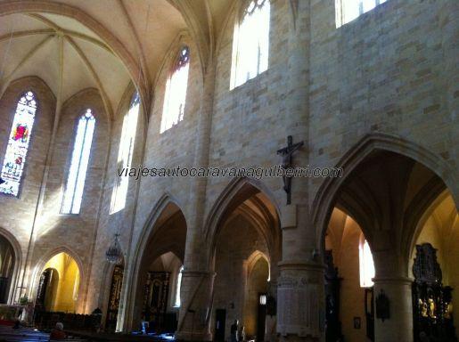 arcadas y capillas laterales de la austera catedral