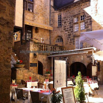 deliciosa terraza en una coqueta placita, junto a la Rue de la Liberté