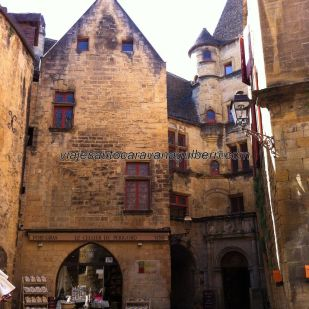 típica casa señorial, en un recodo de la plaza principal; en la planta baja está Le Cellier du Périgord, donde compramos foie y otras delicias culinarias (también venden por internet)