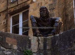 escultura frente a la entrada del mercado cubierto