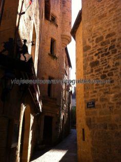 callejuela típica, con curioso detalle de un caminante sobre el toldo de la pared