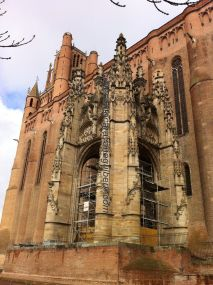 baldaquino en piedra, recepción de catedral en ladrillo