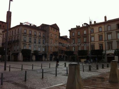 plaza y centro social de Albi, definida por sus cafeterías y tiendas, a un lado, y por la Catedral y el Palacio de la Berbie, al otro