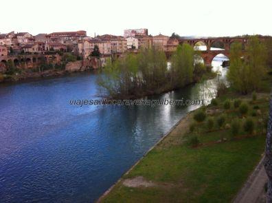 vista del río Tarn, con sus puentes al fondo, desde el mirador/corredor de los jardines del palacio