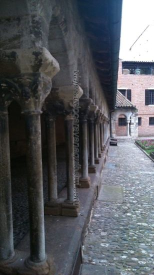 arquería de dobles columnas en el claustro