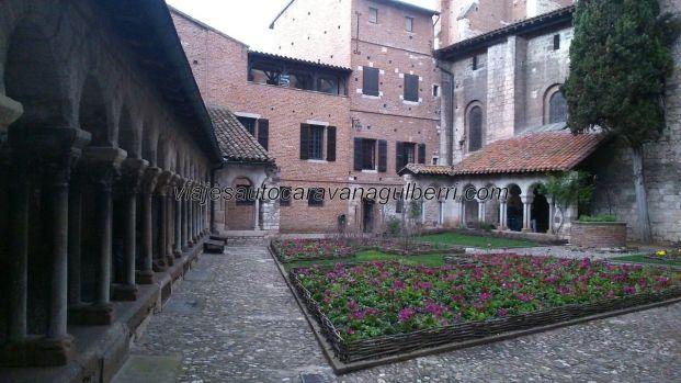vista general del claustro, con sus arquerías y jardines