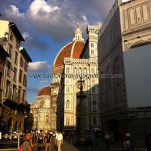 vemos il Duomo por primera vez, con el Baptisterio al lado, empapelado por reformas en su fachada
