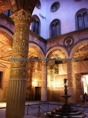 patio interior del Palazzo Vecchio, que cumple ahora 500 años; hoy museo y sede del Ayuntamiento fiorentino, entonces residencia del Regidor Conde Médici