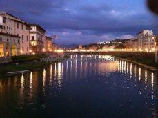 el Río Arno desde Ponte Vecchio, a la izquierda se ve la arcada de la Galleria dei Uffizi
