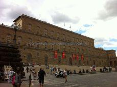atravesando el Arno por Ponte Vecchio, llegamos al Palazzo Pitti, lugar al que se trasladó el Conde Médici desde el Palazzo Vecchio; sería por espacio y por los giardini, no por belleza