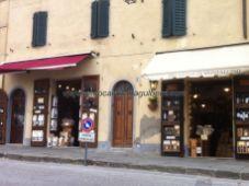 en Montalcino abundan las enotecas donde adquirir el preciado Brunello