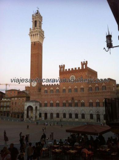 vista parcial de Piazza di Campo, desde unaa de las callejuelas adyacentes