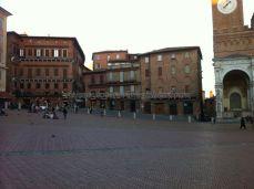 aquí se aprecian los triángulos enladrillados de cada contrada así como la pendiente de la piazza por donde se desarrolla la carrera