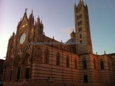 Catedral de Siena, referencia gótica, con su campanile pegado a diferencia de otras catedrales italianas
