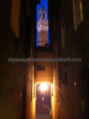 callejuela que encaja perfectamente el campanile, o Torre Mangia