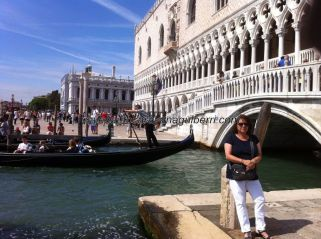 el gondolero rema saliendo a la laguna por el canal del Ponte dei Sospiri, junto al Palazzo Ducale