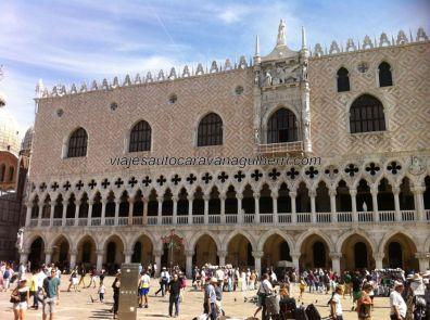 desafiando las leyes físicas y arquitectónicas, il Palazzo Ducale aparenta contravenir el principio de más arriba menos pesado; fachada principal de este extraordinario palacio gótico