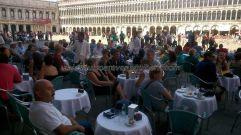 nuestra austera consumición, que no por ello barata, palidece ante la presumiblemente carisima de los dispendios vecinos; la Piazza San Marco es realmente magnífica