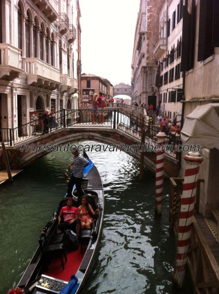 """uno de los canale típico, atravesado por pontes, como el dei Sospiri, que se vislumbra al fondo, que obligan a los gondolieri a doblar la cerviz, como humillándose ante """"La Serinissima"""" (Venezia)"""
