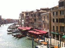 vista de la otra orilla, más tranquila y amable, la de las terrazas, hotelitos y góndolas