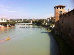 vista del río Adigio y lateral de Castelvecchio desde el puente defensivo