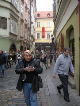 turistas en calle Karlova