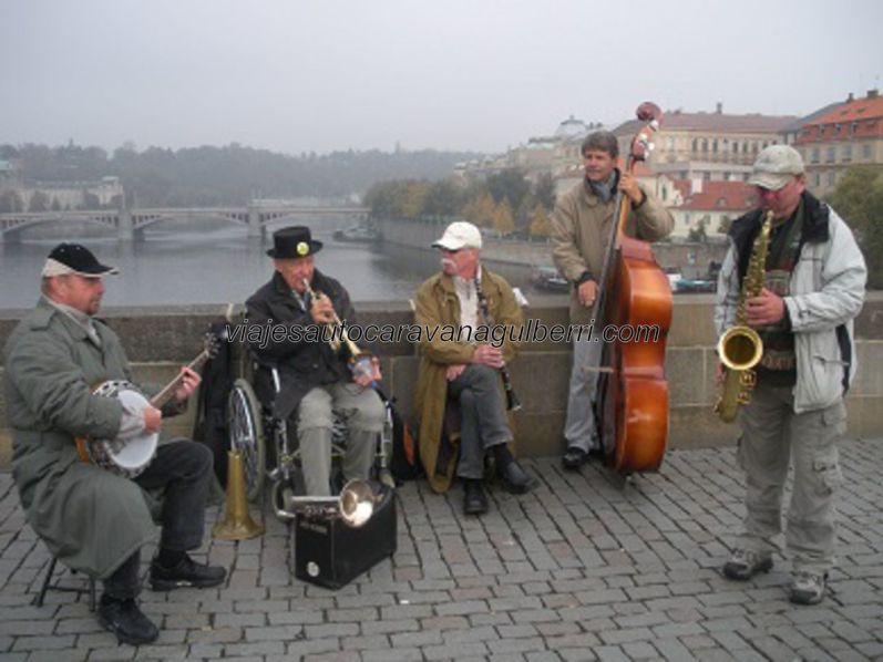 músicos tocando en el Puente Carlos