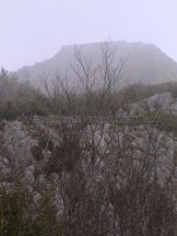 la fortaleza en la cumbre bajo la niebla