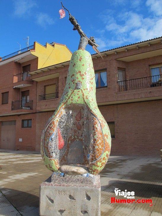 escultura de pera en rincon de soto la rioja