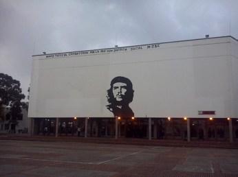 """La plaza del Che en la Universidad Nacional. La """"cuna"""" académica del gran Gerardo Ojeda. Fue un puntazo visitar tu universidad en tu compañía. (Foto: Jorge Curiel Yuste)"""