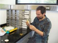 Pegando los conectores a las tapas de los tarritos con silicona (aunque luego no funcionó y tuvimos que ir a buscar un pegamento especial)(Foto: Ana-Maria Hereş)