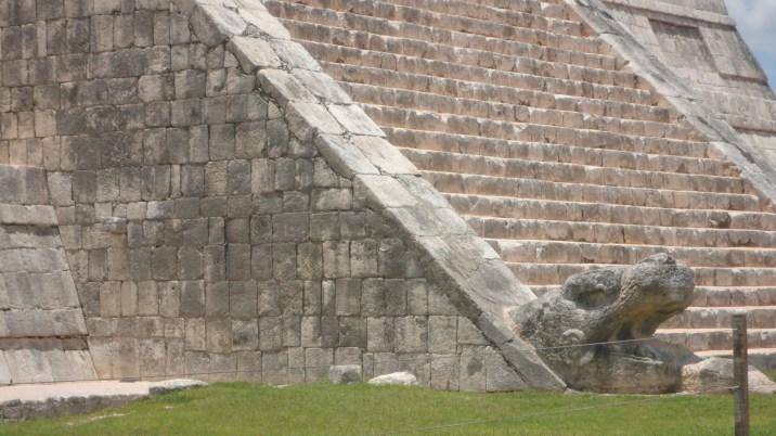 la cabeza de Quetzalcoatl en la base de la piramide
