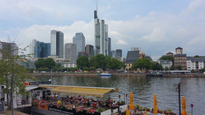 Vistas Skyline desde el río Main. Frankfurt (Alemania)