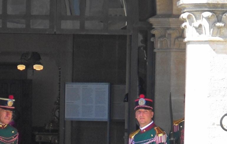 Guardias en el Palazzo en la Piazza della Libertá. San Marino.