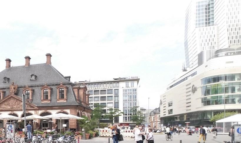 con el Centro Comercial My Zeil a su derecha. Frankfurt (Alemania)