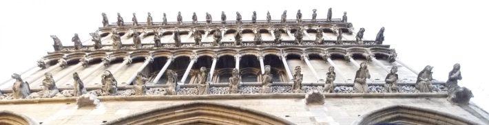 Fachada llena de gárgolas en la Iglesia Notre Dame. Dijon (Francia)