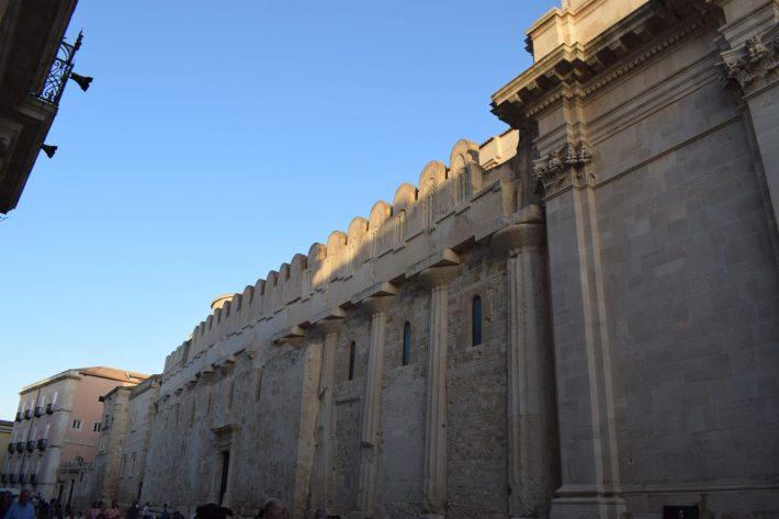 Uno de los laterales del Duomo, pueden verse las columnas del antiguo templo griego de Atenea, Siracusa, Sicilia (Italia)