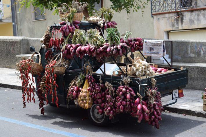 Carrito con la famosa Cipolla Rossa, Tropea, Calabria (Italia)