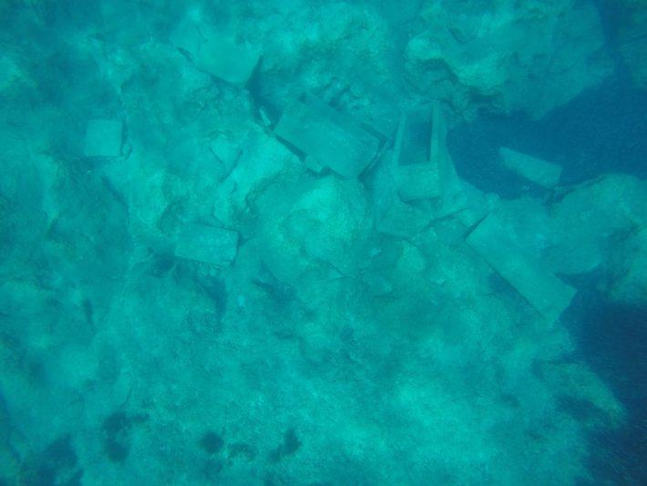 Haciendo snorkel, viendo Sarcófagos de s III D. C. en las aguas de la bahía de Modona, frente a la costa de la isla de Sapientza.